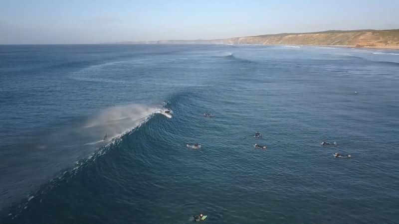 [4K]实拍在大海上冲浪的人群视频素材