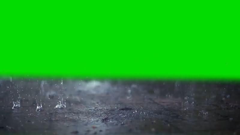 绿屏抠像慢镜头雨滴砸向地面视频素材